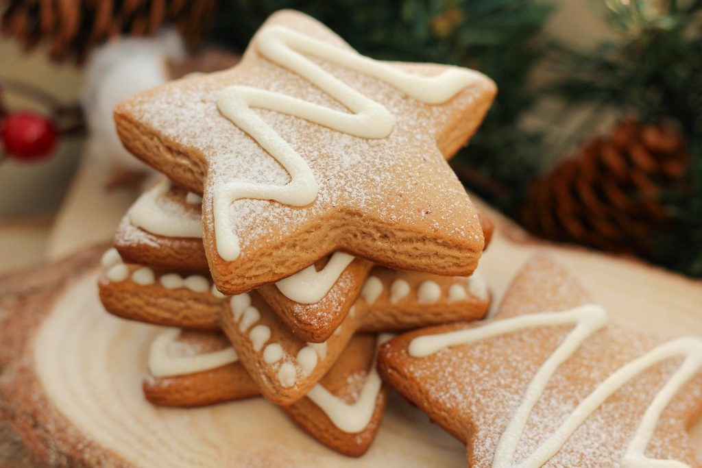 Five star-shaped gingerbread cookies.